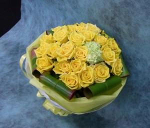 24本の黄色いバラのブーケ風花束2