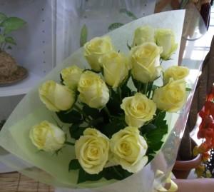 奥様のお誕生日に クリーム色のバラの花束