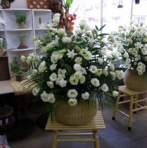 お供えの花洋風ダルマカゴ 白系の花で