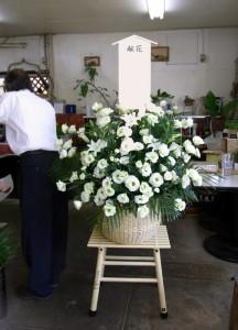 お供えの花洋風ダルマカゴ 白系のお花で2