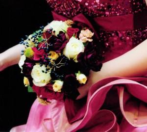ピンク系のドレスにラウンドブーケ