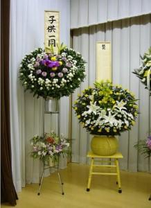 ダルマ篭と弔花スタンドフラワー