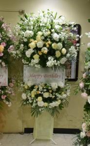 お誕生日のスタンドフラワー 白系