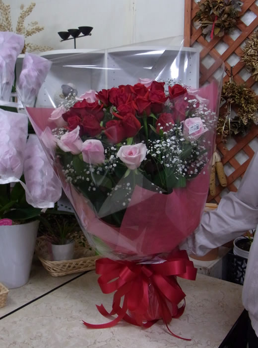 赤バラとピンクのバラの花束
