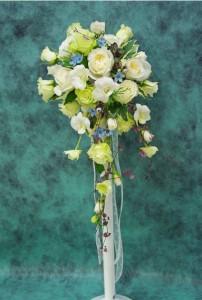 バラと小花のキャスケードブーケ