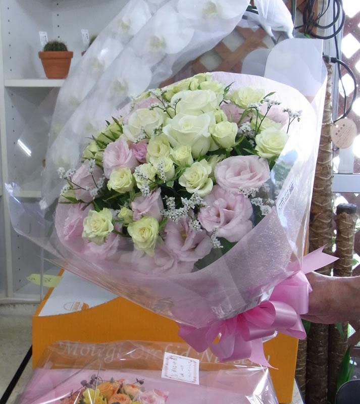 白・ピンク系のブーケ風花束
