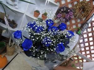 青いバラの花束