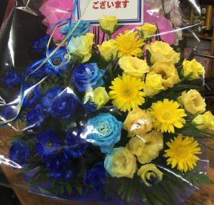 ブルーと黄色のフラワーアレンジメント