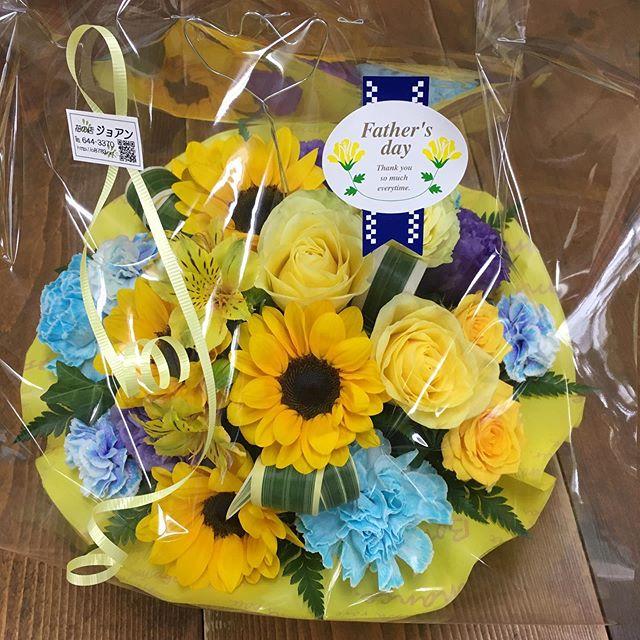 父の日のフラワーアレンジメントです。父の日のお花のご注文自体が毎年とても少ないです^_^;ブルーと黄色で爽やかにアレンジしました。#花の店ジョアン#父の日#フラワーアレンジメント