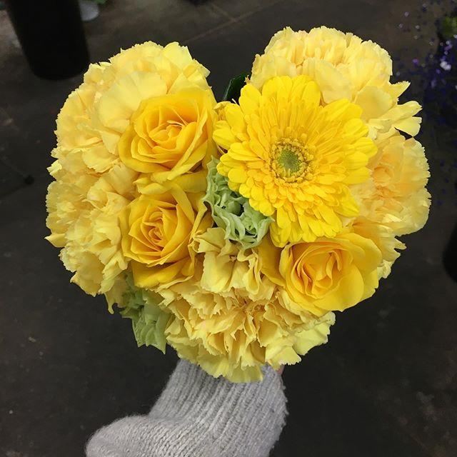 ハート型の花束です。主にカーネーションやガーベラで作ります。フラワーアレンジメントより、形を整えるのに時間がかかります。゚(゚´ω`゚)゚。ハートの耳が難しい#ハート型花束#花の店ジョアン
